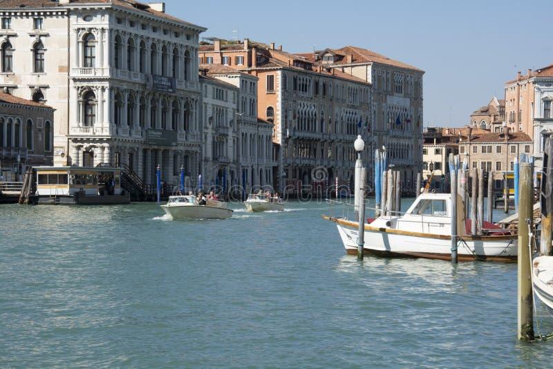 Vista ao longo do canal central Veneza fotografia de stock royalty free
