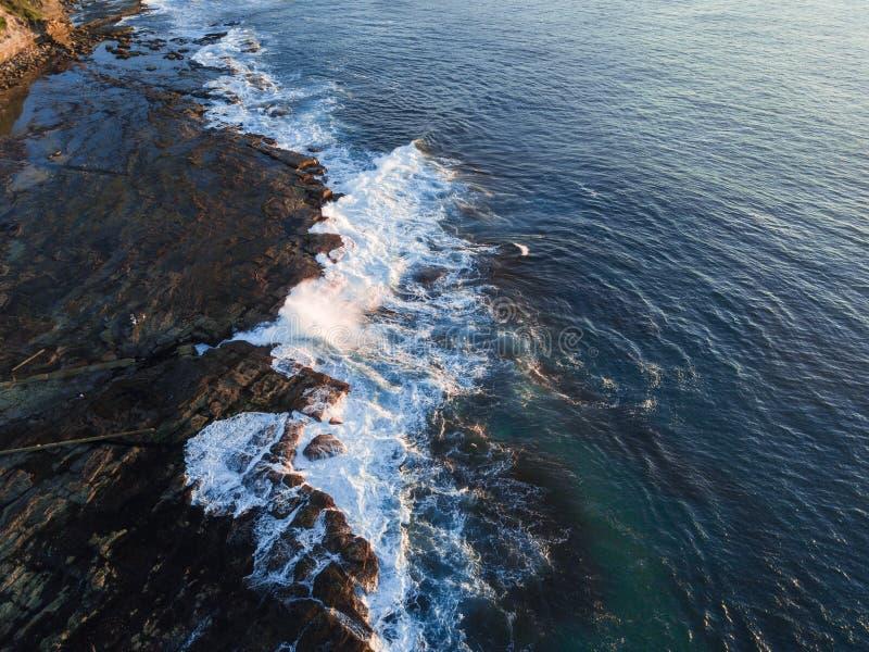 Vista ao longo do litoral da rocha fotos de stock royalty free