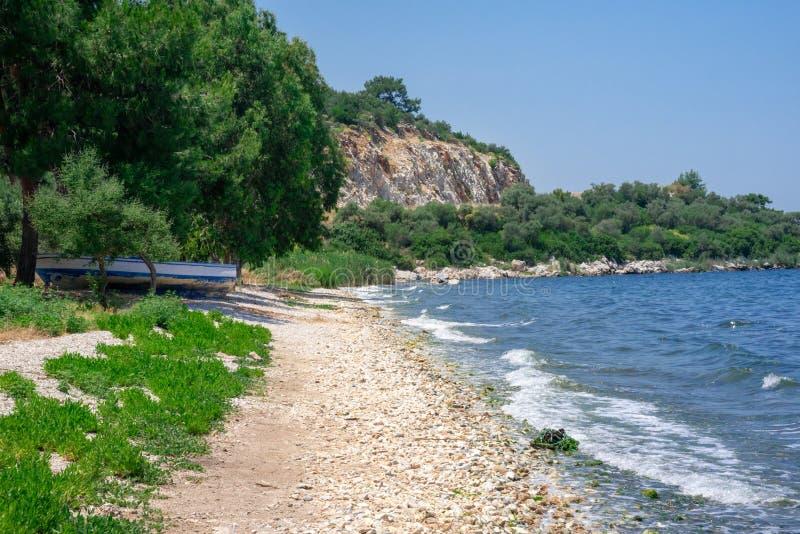 Vista ao mar As ondas quebram na costa O conceito do turismo e da recrea??o Fundo imagem de stock royalty free