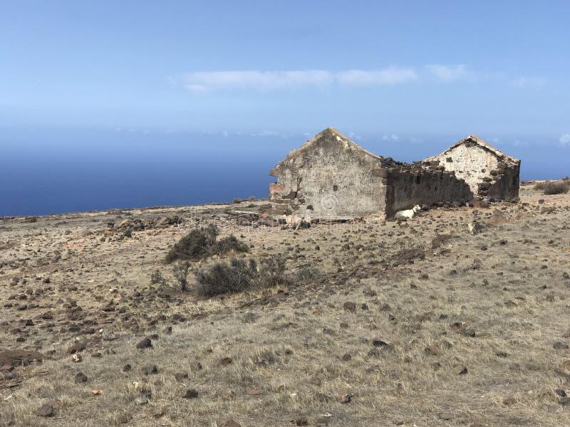 Vista ao mar com casa velha fotografia de stock royalty free