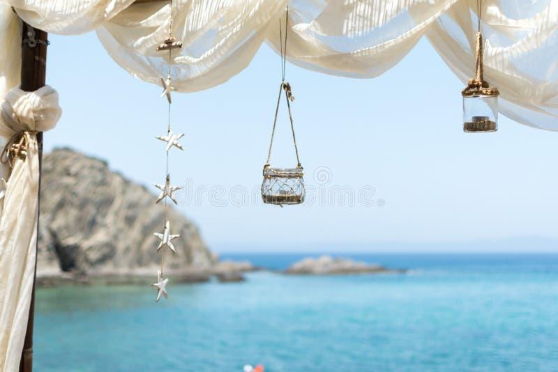 Vista ao mar de uma barra da praia, com dossel, lanterna e estrelas foto de stock