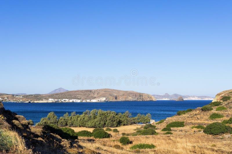 Vista ao mar na ilha de Kimolos, Cyclades, Grécia, cedo na manhã imagem de stock royalty free