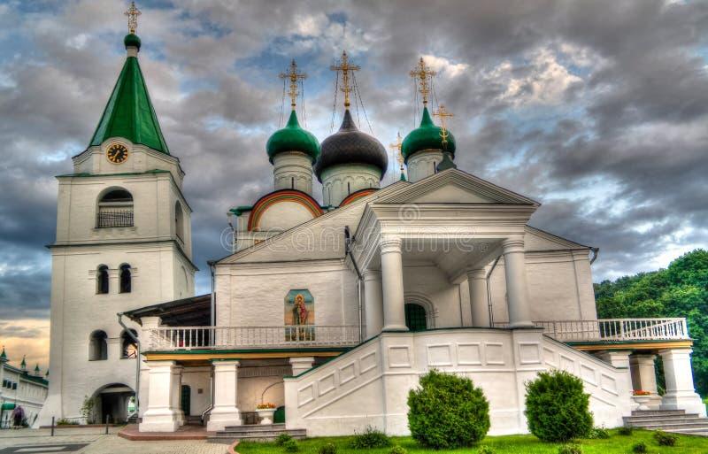 Vista ao monastério ortodoxo da ascensão de Pechersky, Nizhny Novgorod, Rússia imagens de stock royalty free