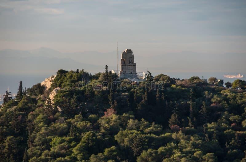 Vista ao monumento do monte da acrópole do formulário de Philopappos, Atenas, Gre fotografia de stock royalty free