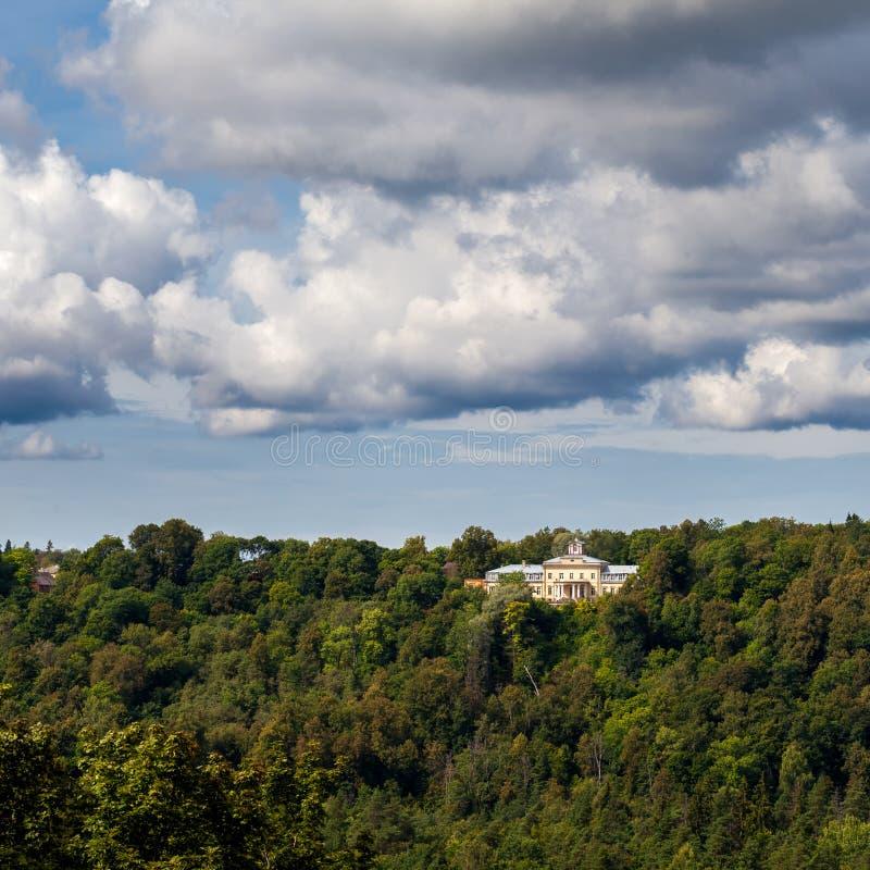 Vista ao palácio de Krimulda no monte, Letónia imagem de stock royalty free