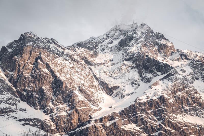 Vista ao ponto o mais alto de Alemanha - o Zugspitze imagem de stock