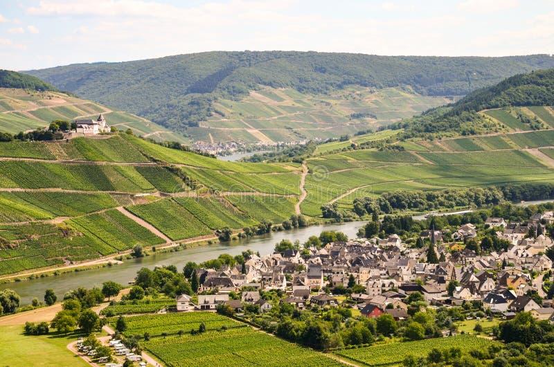 A vista ao rio Moselle e Marienburg fortifica perto da região da vila Puenderich - do vinho de Mosel em Alemanha imagens de stock royalty free