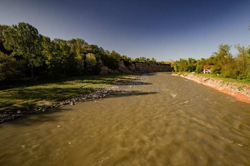 Vista ao rio sujo fotografia de stock royalty free
