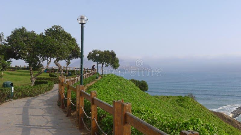 Vista ao sul da baía de Lima do distrito de Miraflores fotos de stock royalty free