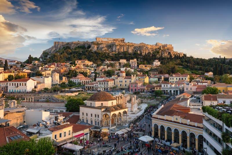 Vista ao templo do Partenon da acrópole e da cidade velha, Plaka de Atenas, Grécia fotografia de stock