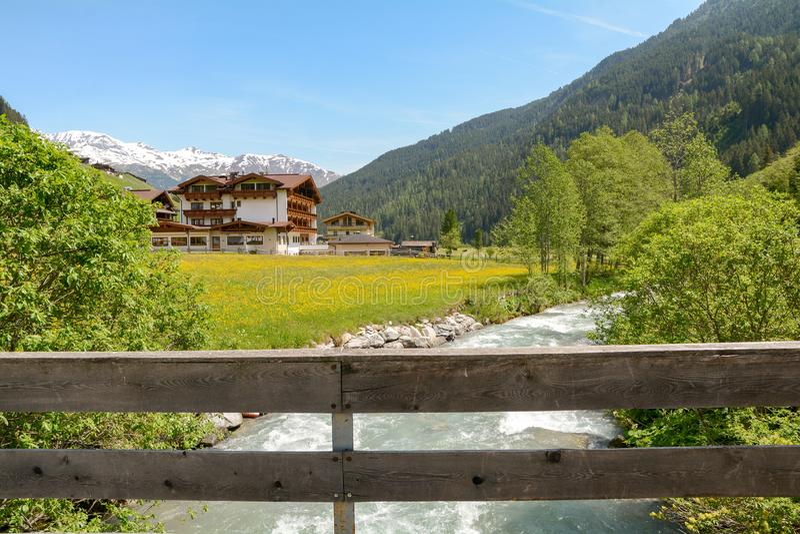 Vista ao vale de Tuxertal com rio de Tux e cumes de Zillertal perto da vila Juns e à geleira no verão, Tirol Áustria Europa de Hi fotos de stock