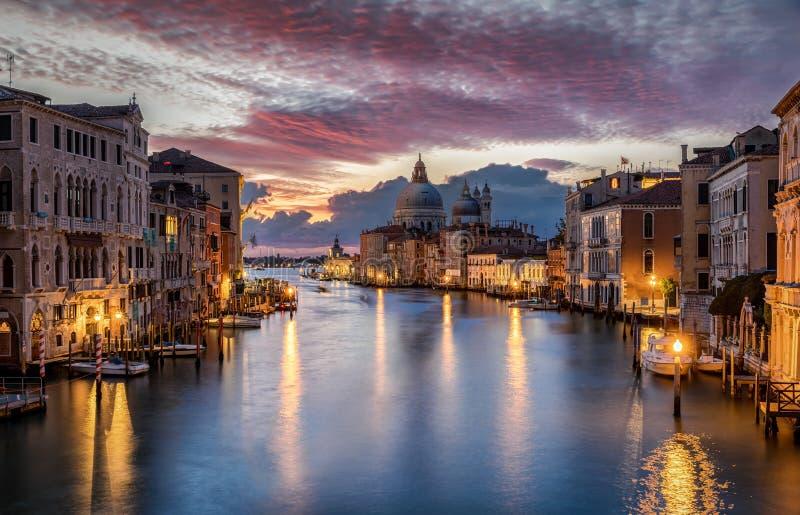Vista aos di Santa Maria della Salute e Canale da basílica grandioso em Veneza imagens de stock