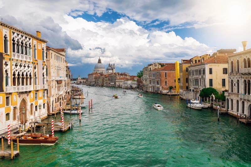 Vista aos di Santa Maria della Salute e Canale da basílica grandiosos em Veneza fotografia de stock royalty free