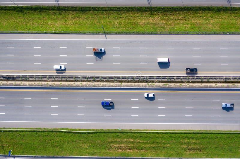Vista Arial del trasporto moderno con la vista superiore dell'autostrada stradale. Infrastrutture importanti immagini stock