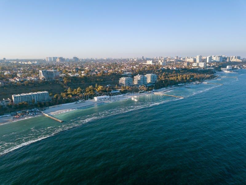 Vista arial dell'occhio dell'uccello panoramico dal fuco la linea costiera di una città sviluppata Odesa, Ucraina Copi lo spazio immagine stock