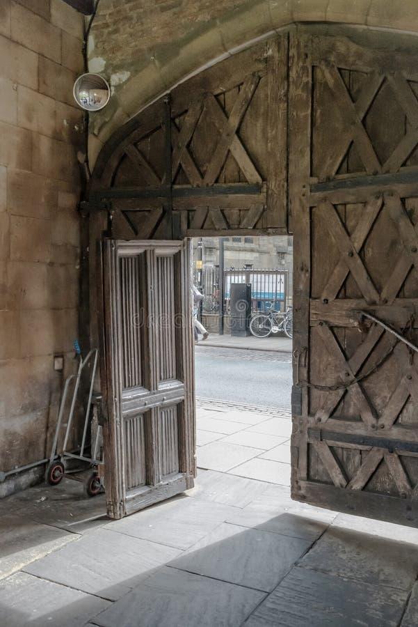 Vista arquitectónica de una entrada de madera a una universidad inglesa famosa en Cambridgeshire, Reino Unido fotos de archivo