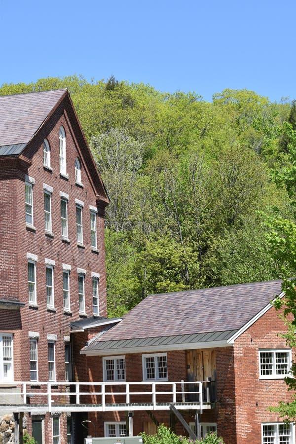 Vista arquitectónica del edificio y de la calzada de lana del siglo XVIII del molino en la ciudad de Harrisville, New Hampshire,  fotografía de archivo libre de regalías
