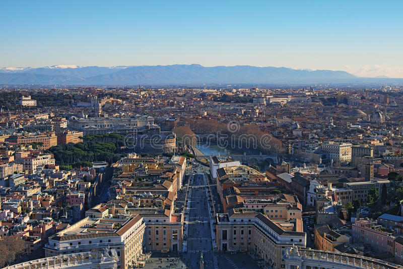 Vista a arquitetura da cidade surpreendente de Roma da parte superior da basílica do ` s de St Peter da abóbada Manhã do inverno  fotos de stock