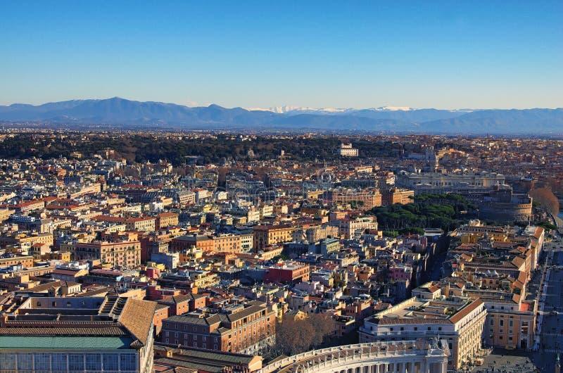 Vista a arquitetura da cidade surpreendente de Roma da parte superior da basílica do ` s de St Peter da abóbada Manhã do inverno  fotografia de stock