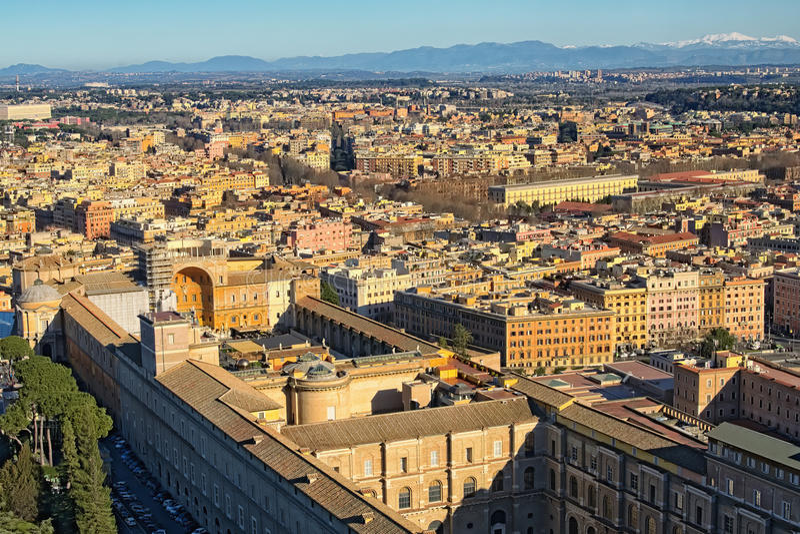 Vista a arquitetura da cidade surpreendente de Roma da parte superior da basílica do ` s de St Peter da abóbada Manhã do inverno  imagem de stock
