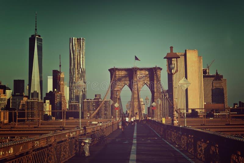 Vista artística tonificada da passagem da ponte de Brooklyn foto de stock