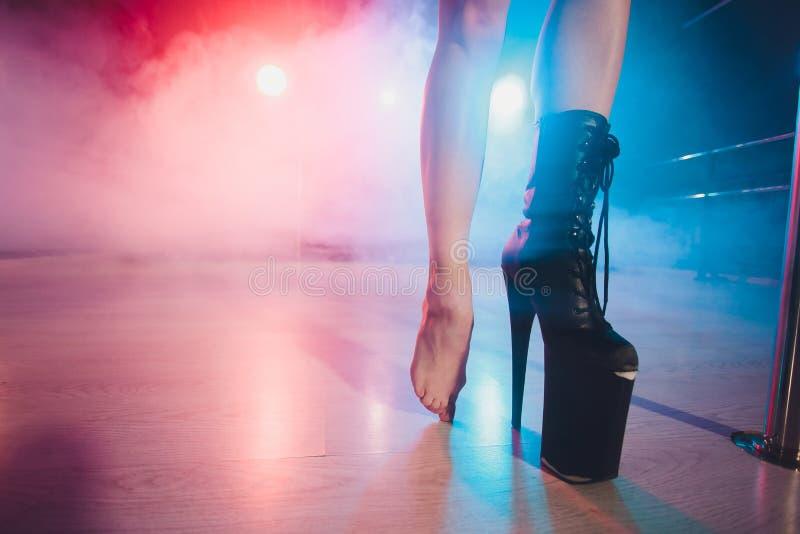 Vista as botas uma altas na plataforma e no salto dançarino do strip-tease que move sobre a fase no clube noturno da tira fotos de stock royalty free