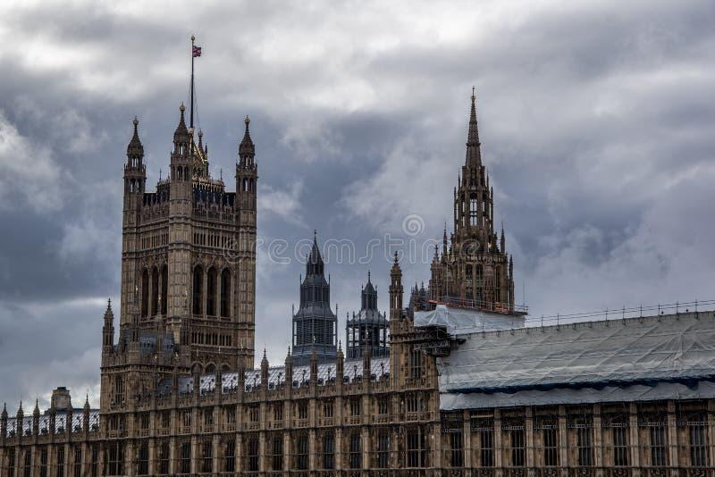 Vista ascendente cercana de casas del parlamento y de Big Ben foto de archivo libre de regalías