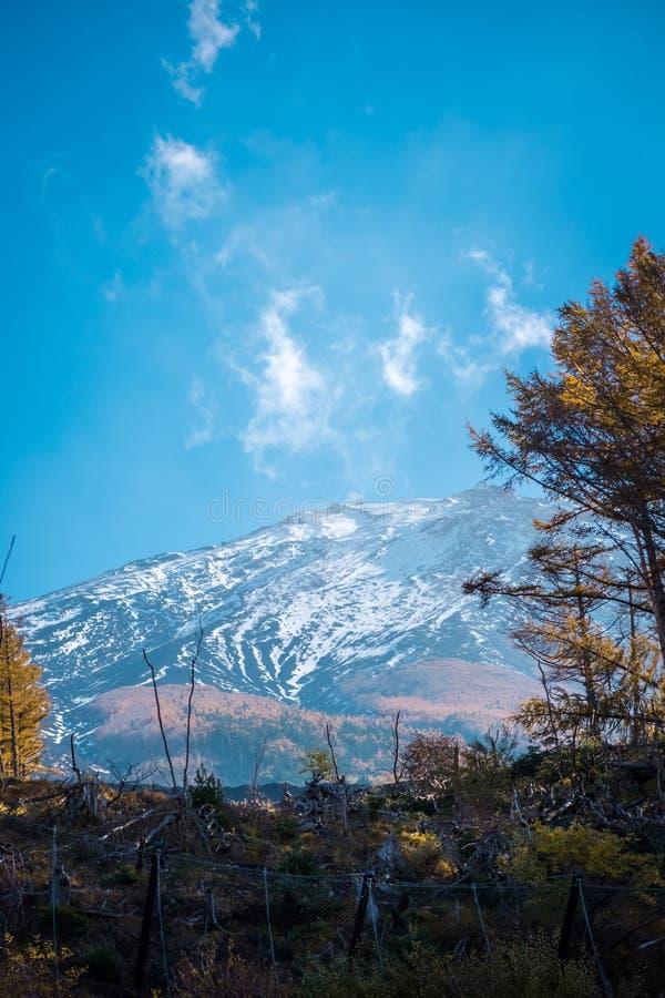 Vista ascendente cercana de la montaña de Fuji foto de archivo