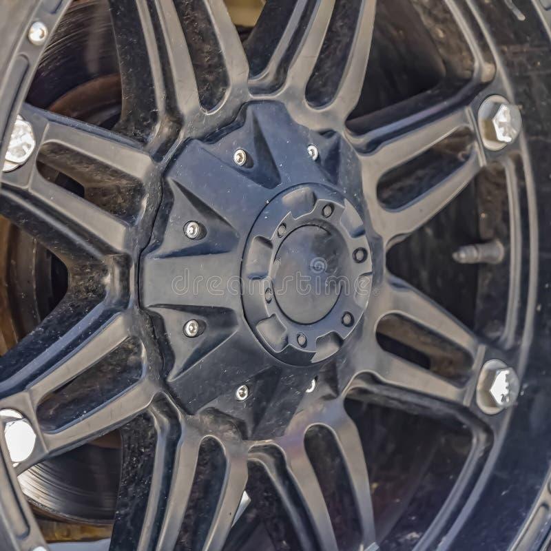 Vista ascendente cercana de la rueda de goma negra de un vehículo foto de archivo libre de regalías