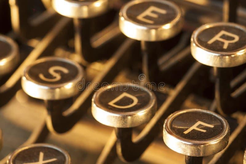 Vista ascendente cercana de las llaves antiguas polvorientas y gastadas de la máquina de escribir fotografía de archivo