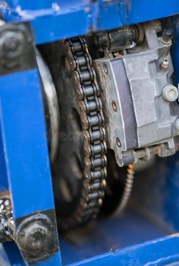 Vista ascendente cercana de las piezas del coche de competición del deporte Cadena del motor fotos de archivo