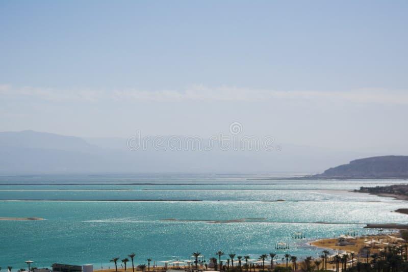 Vista ascendente cercana de los cristales de la sal y de la formación mineral en la orilla del mar muerto en el cuidado de Israel imagen de archivo libre de regalías