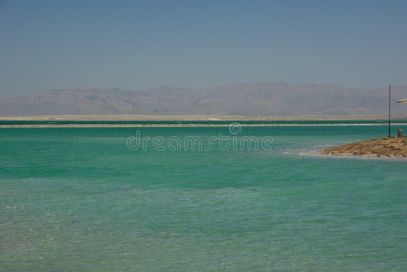 Vista ascendente cercana de los cristales de la sal y de la formación mineral en la orilla del mar muerto en el cuidado de Israel fotografía de archivo