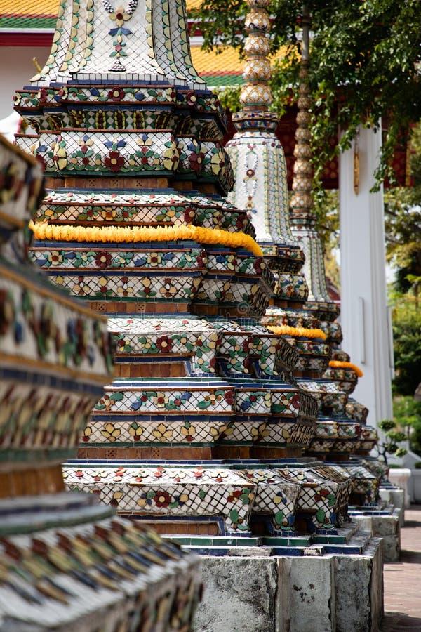 Vista ascendente cercana de tres pagodas del templo de Emerald Buddha en Bangkok foto de archivo