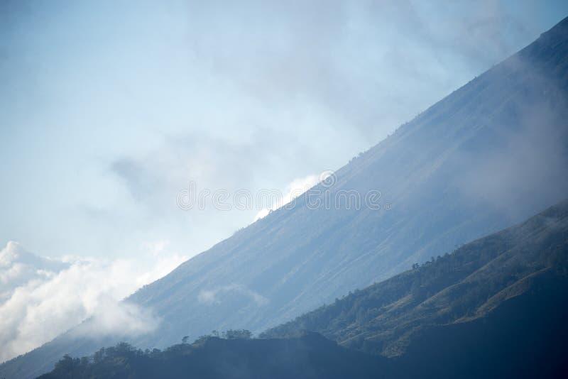 Vista ascendente cercana de una montaña majestuosa en Bali, Indonesia en Asia imágenes de archivo libres de regalías