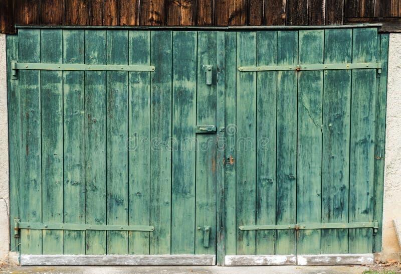 Vista ascendente cercana de una puerta de granero de madera verde rústica del viejo vintage en una vertiente de madera fotografía de archivo libre de regalías