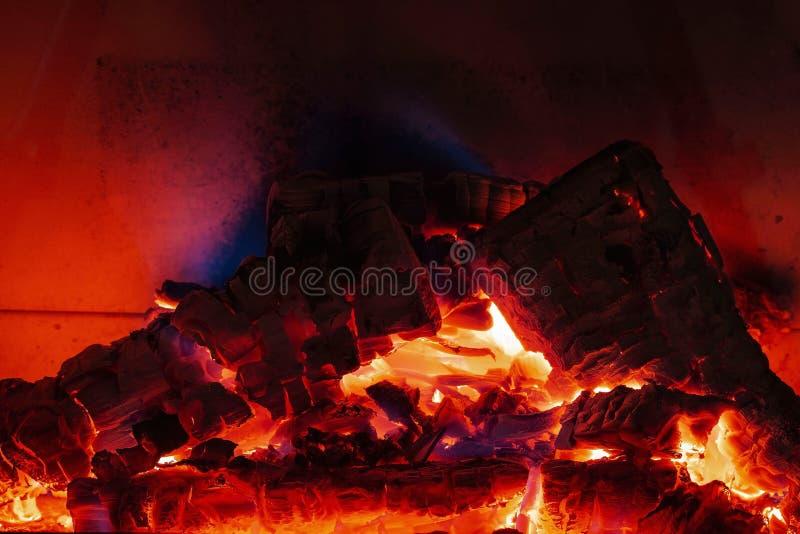 Vista ascendente cercana del carbón ardiente de la madera ardiente en chimenea fotografía de archivo libre de regalías