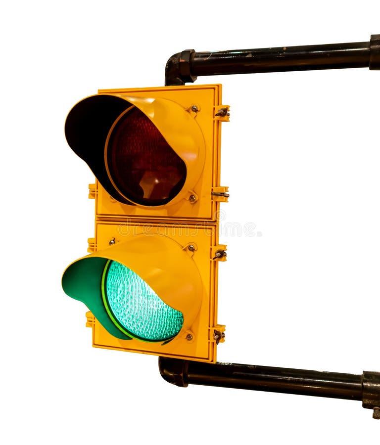 Vista ascendente cercana del color verde en el semáforo aislado en el fondo blanco imagen de archivo libre de regalías