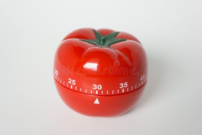 Vista ascendente cercana del contador de tiempo formado tomate mecánico del reloj de la cocina para cocinar y estudiar Utilizado  fotos de archivo libres de regalías