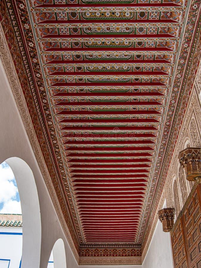 Vista ascendente cercana del ornamento artístico del tejado foto de archivo libre de regalías