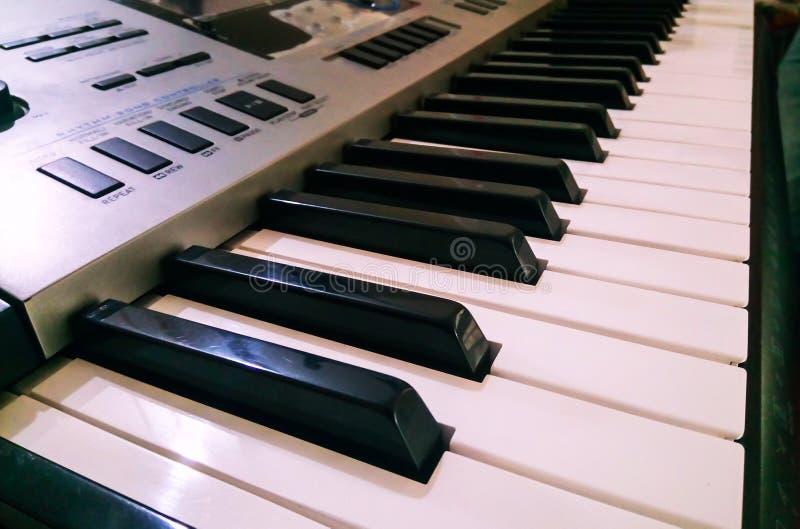 Vista ascendente cercana del teclado electrónico del sintetizador del piano Foco selectivo y opini?n de ?ngulo lateral foto de archivo libre de regalías