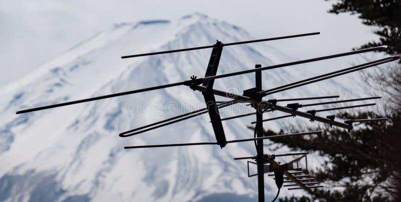 Vista ascendente cercana del top del monte Fuji con la antena fotos de archivo