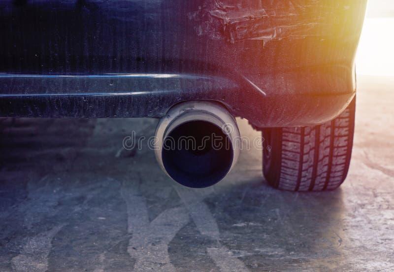 Vista ascendente cercana del tubo de escape potente del coche moderno fotografía de archivo