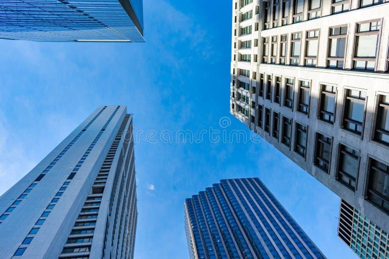 Vista ascendente de arranha-céus múltiplos em Chicago do centro imagens de stock