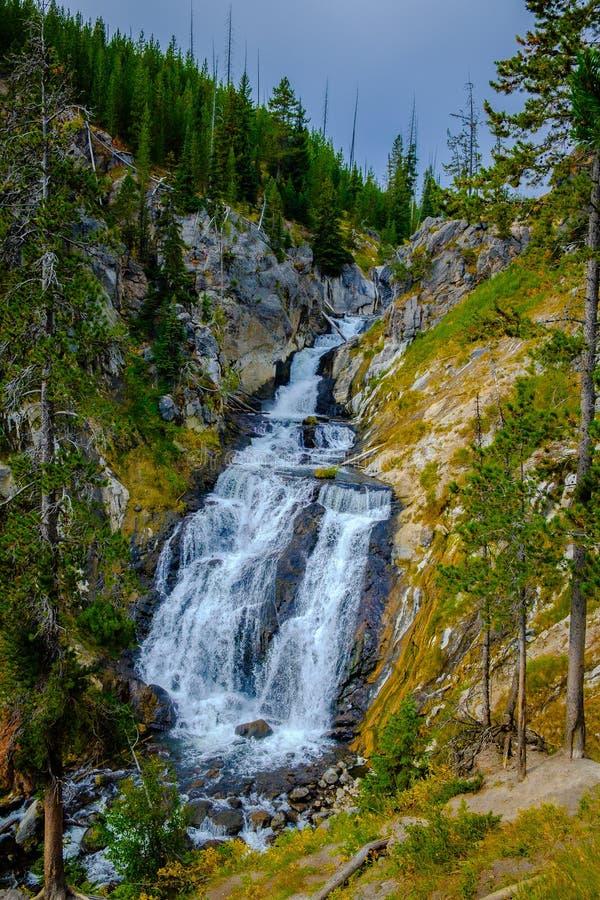 Vista ascendente de caídas místicas cambiantes en el parque nacional de Yellowstone foto de archivo