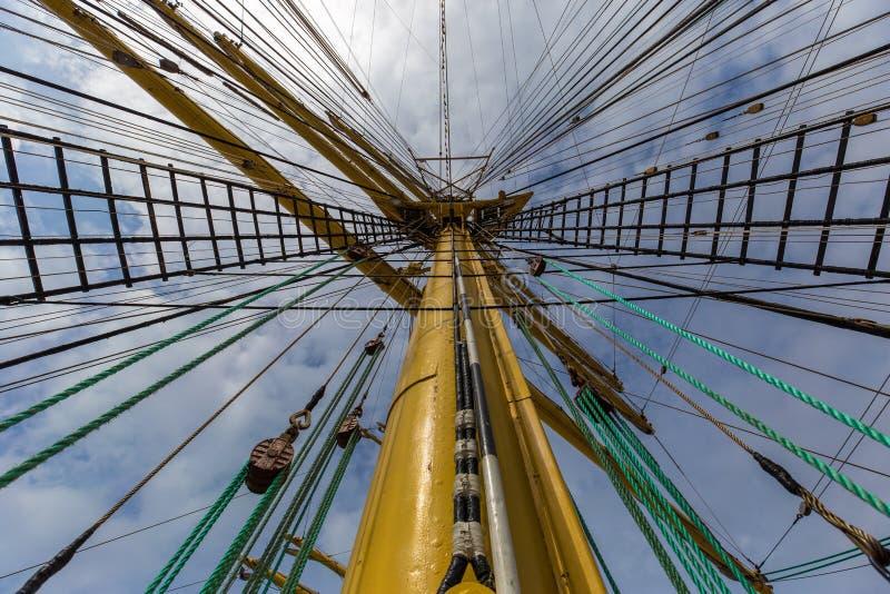 Vista ascendente de um mastro amarelo do navio fotografia de stock