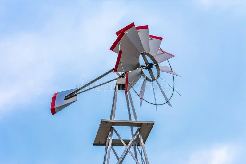 Vista ascendente de un molino de viento del metal imagenes de archivo