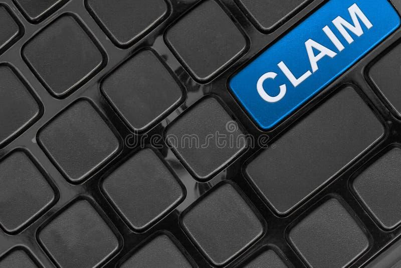 Vista ascendente do teclado, superior próxima, palavra do seguro da reivindicação foto de stock