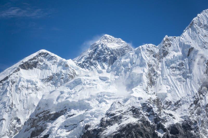 Vista ascendente fechado de Everest de Gorak Shep Durante a maneira ao acampamento base de Everest fotos de stock royalty free