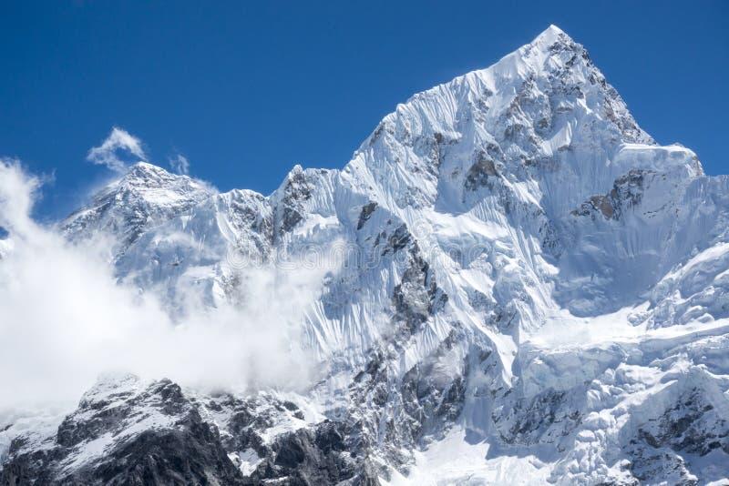 A vista ascendente fechado de Everest e Lhotse repicam de Gorak Shep Durante a maneira ao acampamento base de Everest foto de stock royalty free